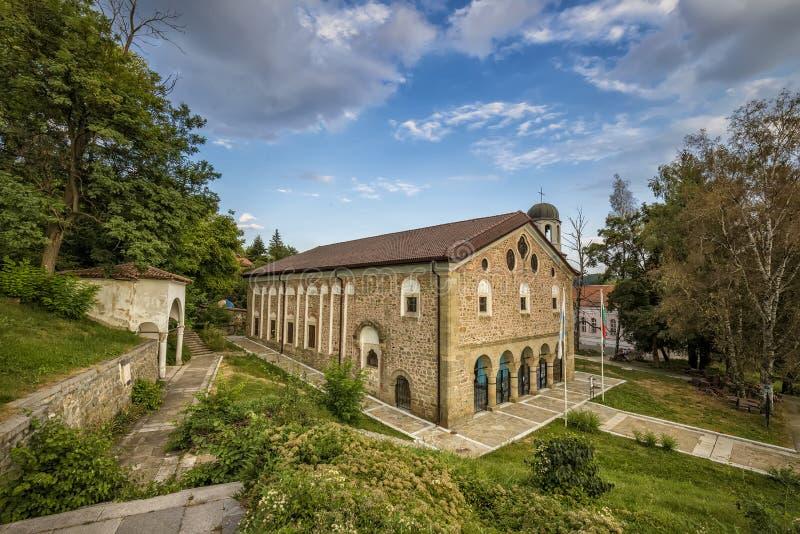 Kalofer, Bulgaria - 9 de mayo de 2018: La iglesia Sveta Bogoroditsa, edificio cristiano del templo del perio nacional búlgaro del foto de archivo