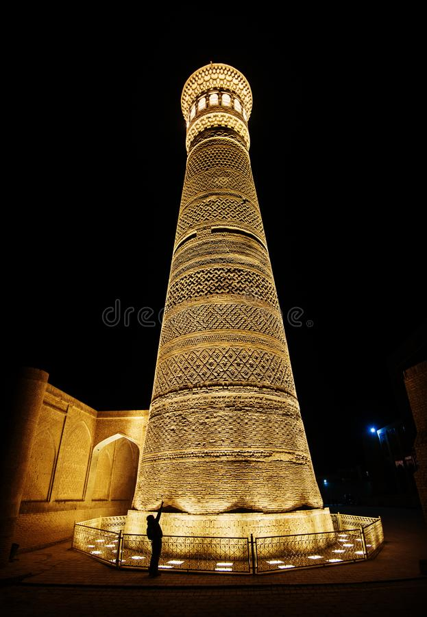 Kalon历史的古老废墟夜景的伟大的尖塔,Mir我阿拉伯人Madrasah广场,布哈拉,乌兹别克斯坦 免版税库存照片