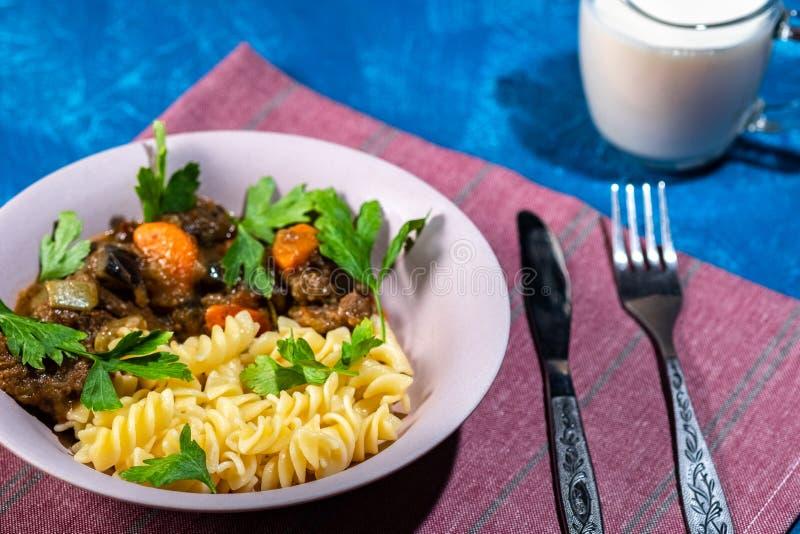 Kalops med grönsaker och pastaspiral royaltyfri foto