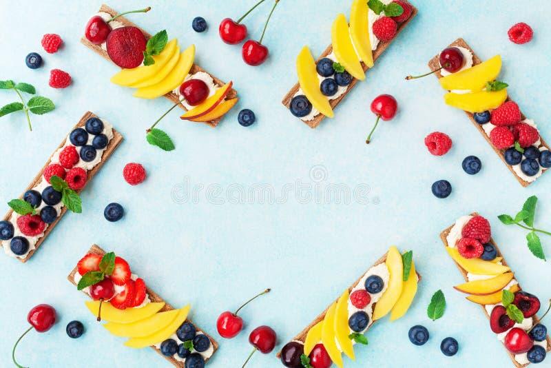 Kalorienarme Sommersandwiche mit sahniger Draufsicht des Käse- und Beerenobstes Einfacher Imbiss für Frühstück oder das Mittagess stockfotos