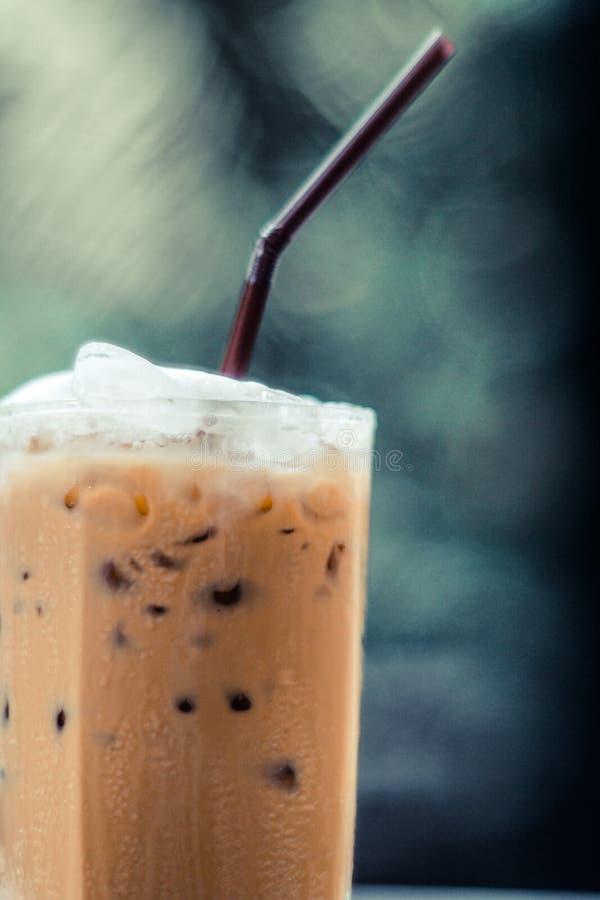 Kalt-gebrauter Grünnaturhintergrund des gefrorenen Kaffees lizenzfreies stockbild