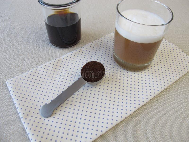 Kalt-gebrauter Kaffee mit Milchschaum lizenzfreie stockfotos
