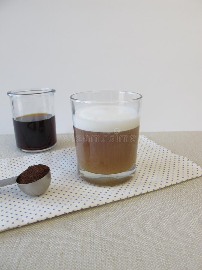 Kalt-gebrauter Kaffee mit Milchschaum stockbild