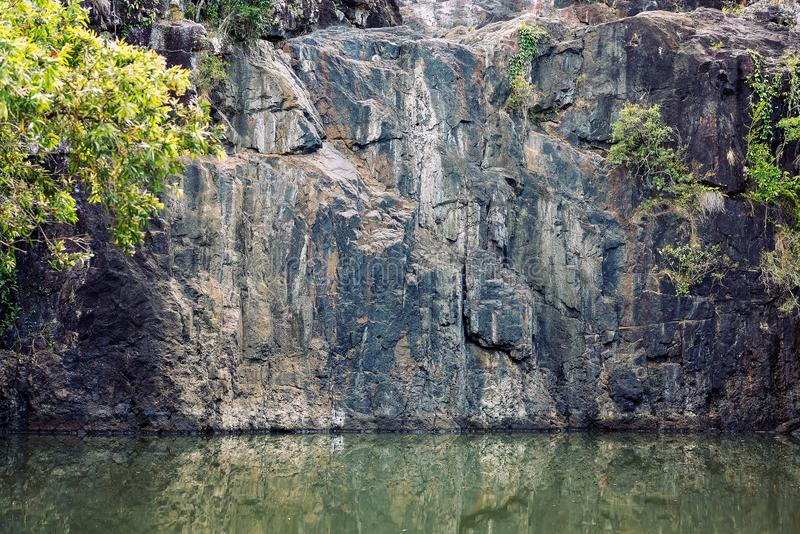 Kalt vagga väggen av en torr vattenfall royaltyfri fotografi