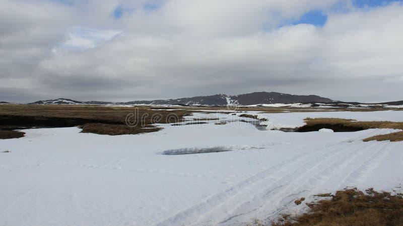 kalt Winter-Landschaften und kleiner Fluss stockfotografie