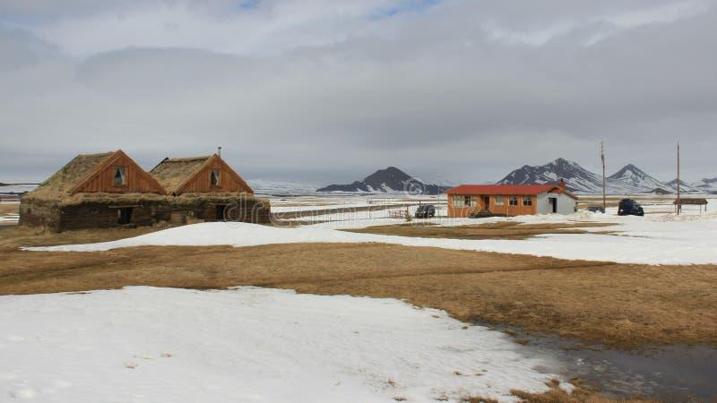 kalt Winter-Landschaften und kleines Dorf mit Volcano View stockfotos