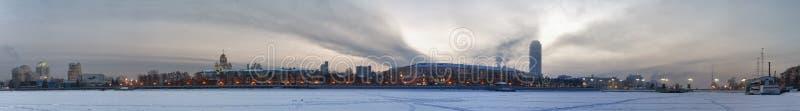 Kalte Dämmerung. Stadtansicht. lizenzfreie stockfotos