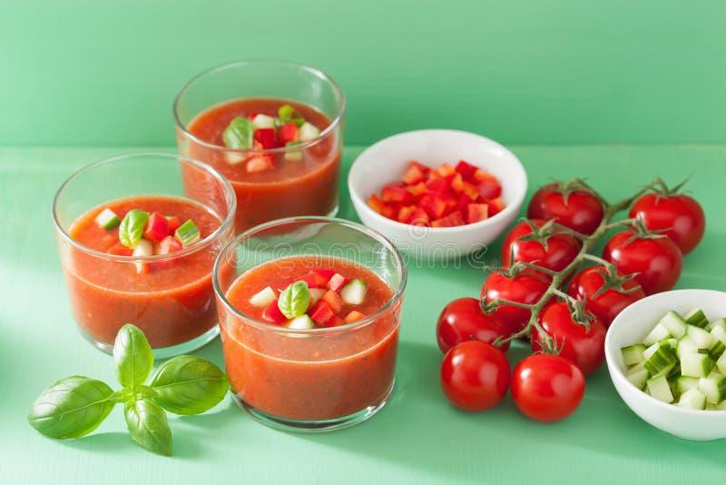 Kalte gazpacho Suppe im Glas stockfotos