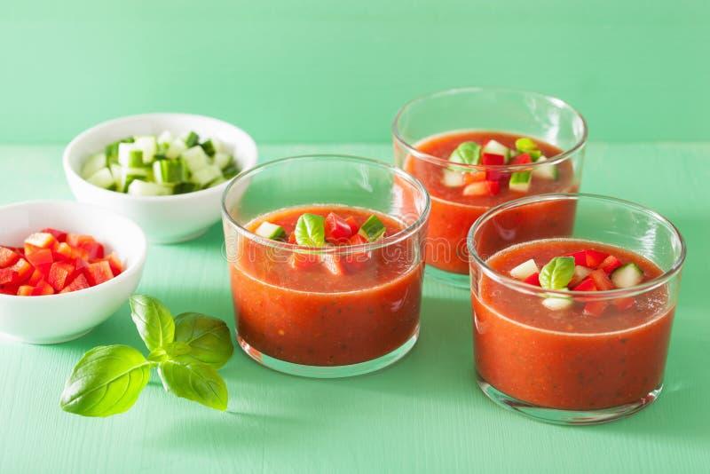 Kalte gazpacho Suppe im Glas stockfotografie