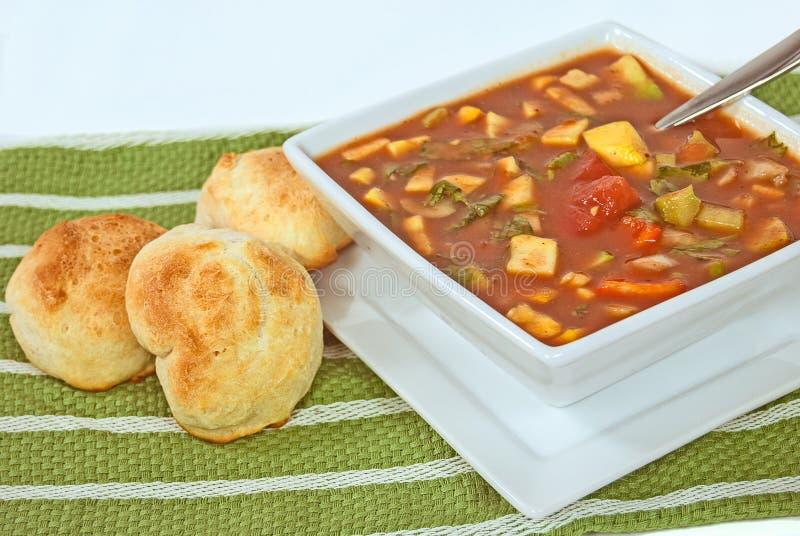 Kalte gazpacho Suppe mit Rollen stockfoto