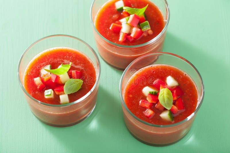 Kalte gazpacho Tomatensuppe in den Gläsern stockbild