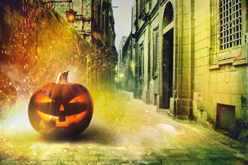 Kalte Halloween-Nacht in der Stadt stockfotos
