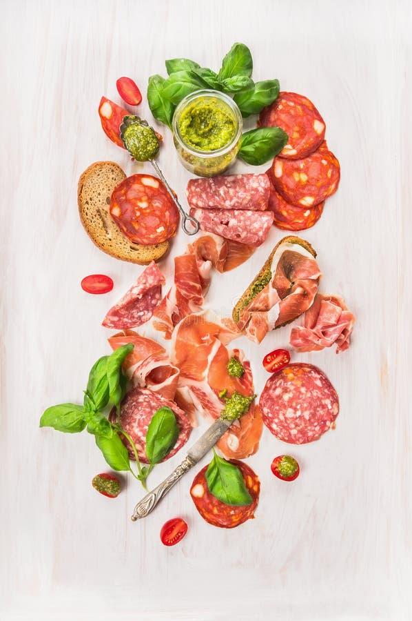 Kalte italienische Fleischplatte mit Schinken, Wurst, Brot und Pesto stockbild