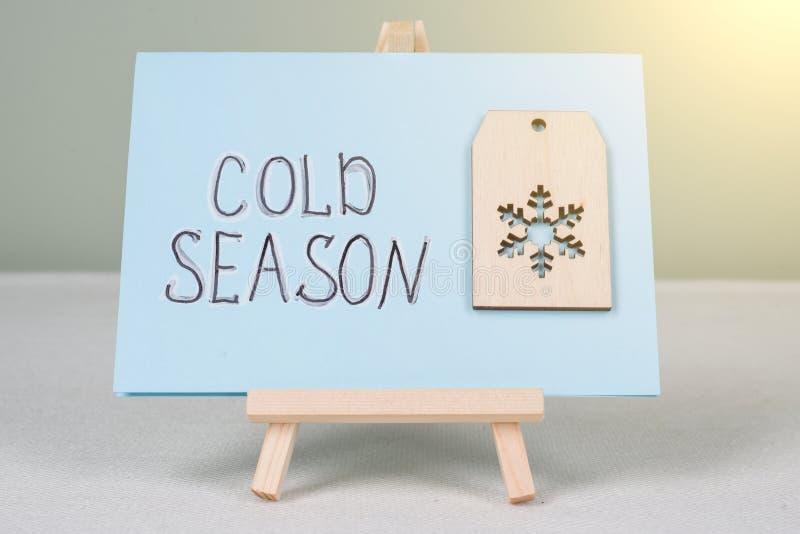 Download Kalte Jahreszeit - Simsen Sie Auf Postkarte Mit Einer Symbolischen Schneeflocke Stockfoto - Bild von taschentuch, pillen: 106802680