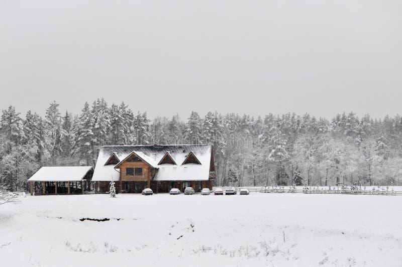 Kalte Landschaft des verschneiten Winters von ländlichen Häusern stockbild