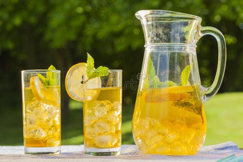 Kalte Sommergetränke Im Garten Stockbild - Bild von äpfel, hell ...