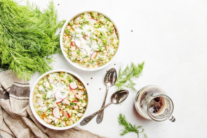 Kalte Suppe des traditionellen russischen Sommers mit Gemüse, Kräuter und lizenzfreies stockbild