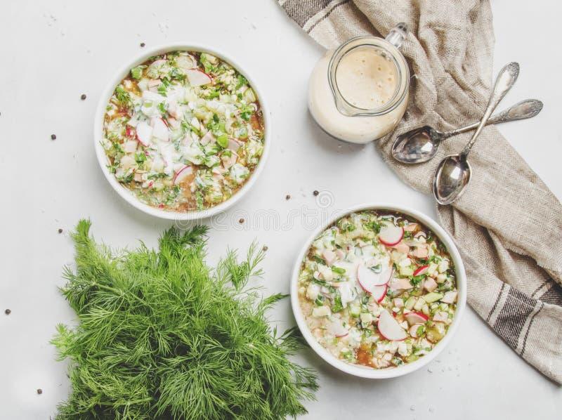 Kalte Suppe des traditionellen russischen Sommers mit Gemüse, Kräuter und stockbilder