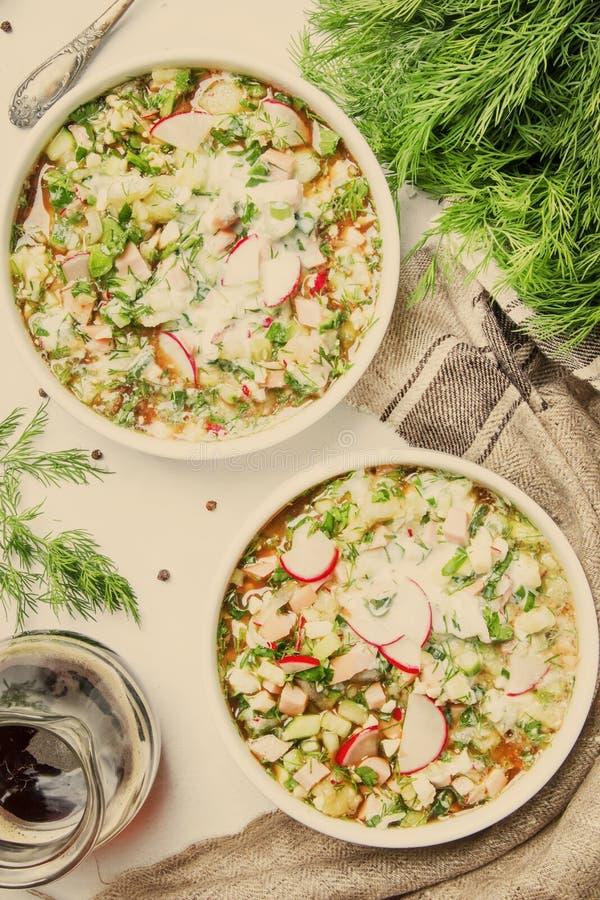 Kalte Suppe des traditionellen russischen Sommers mit Gemüse, Kräuter und stockfotografie