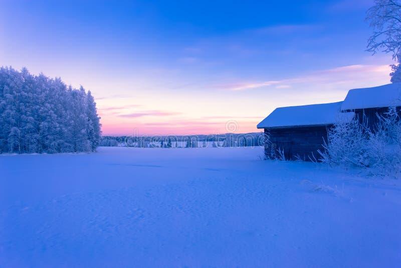 kalte Tagessonnenunterganglandschaft von Sotkamo, Finnland stockfoto