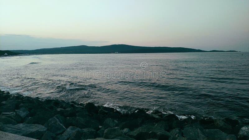 Kalter Abend auf einem wilden Strand lizenzfreie stockfotos