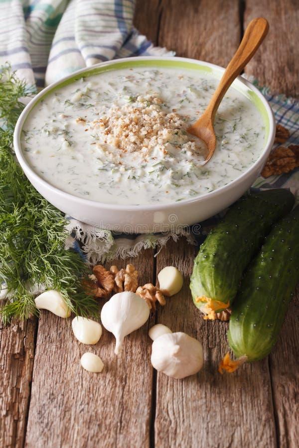 Kalter Abschluss tarator Suppe des bulgarischen Sommers hoch und Bestandteile auf t lizenzfreies stockfoto