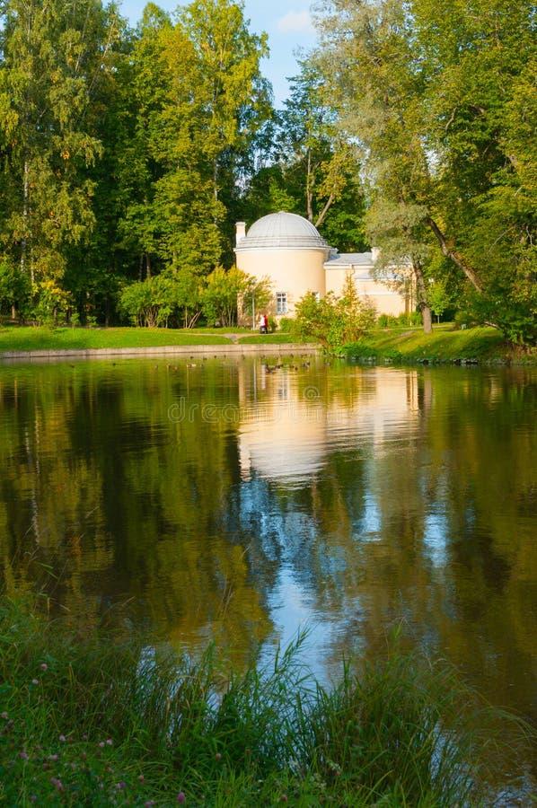 Kalter Bad-Pavillon am Pavlovsk-Park nahe Slavyanka-Fluss in Pavlovsk nahe St Petersburg, Russland lizenzfreie stockbilder