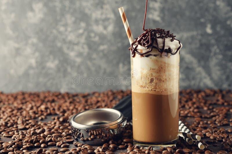 Kalter frappe Kaffee mit Sahne lizenzfreie stockbilder