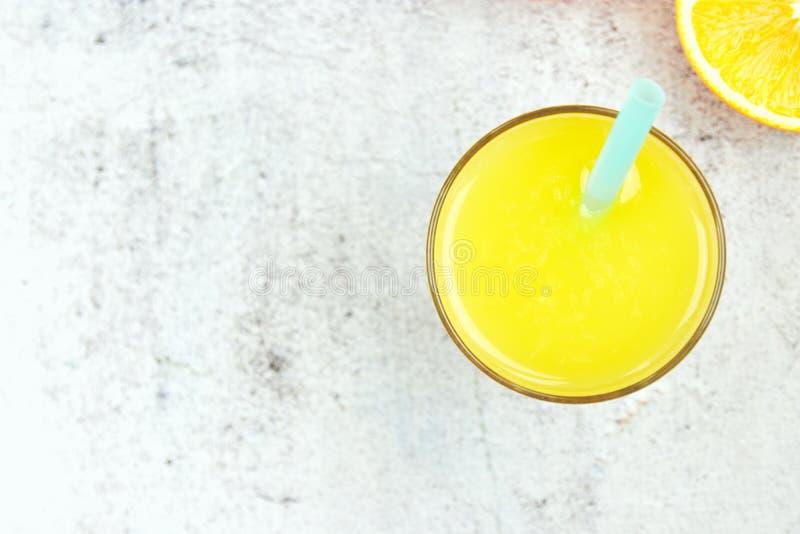 Kalter frischer Orangensaft auf einem wei?en konkreten Hintergrund Draufsicht, flache Lage, Kopienraum Zitrusfruchtgetr?nk lizenzfreie stockbilder