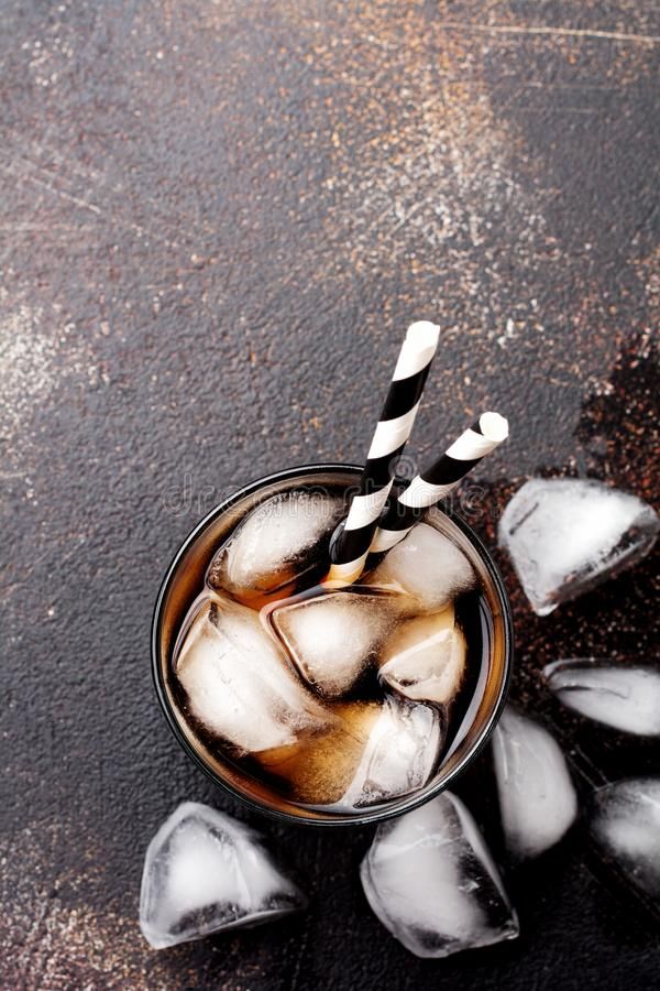Kalter Kolabaum im Glas mit Eisw?rfeln lizenzfreie stockfotografie
