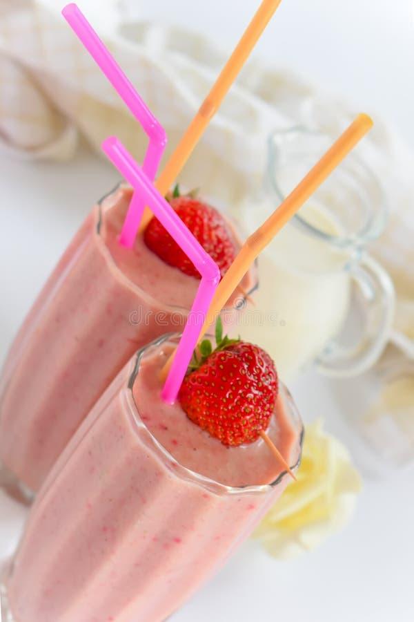 Kalter Milch Smoothie mit Erdbeeren stockbild