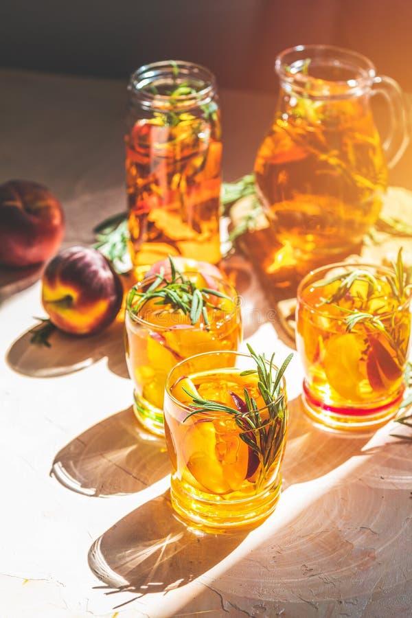 Kalter Pfirsich des Sommers sprudeln Cocktail mit Rosmarin lizenzfreie stockbilder