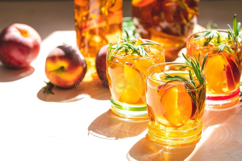 Kalter Pfirsich des Sommers sprudeln Cocktail mit Rosmarin stockfotografie