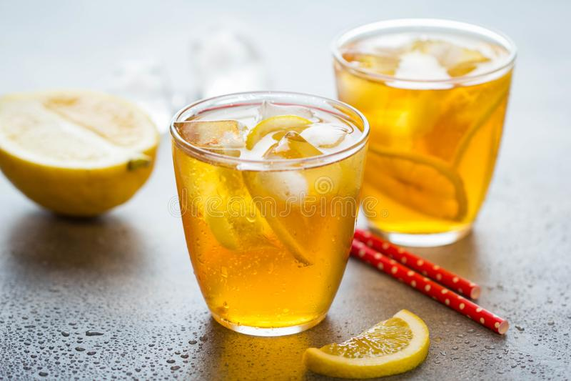 Kalter Tee mit Zitrone und Eis in einem Glas mit Tropfen, neues s??es Fruchtgetr?nk, Sommerfrische, k?stliche Limonade lizenzfreies stockfoto