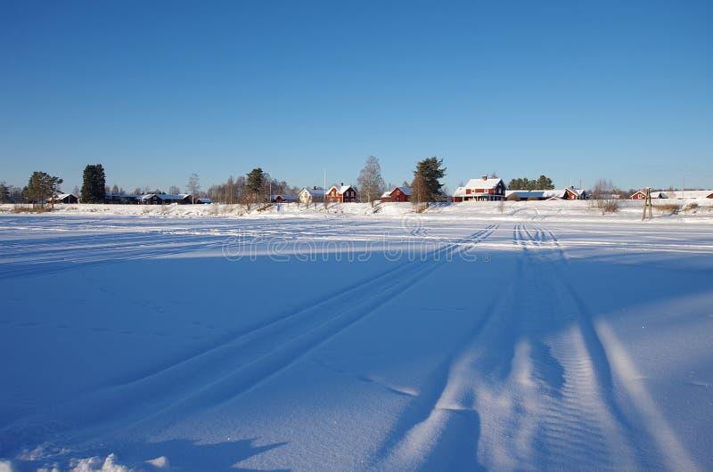 Kalter Wintertag in ländlichem Schweden stockfotografie