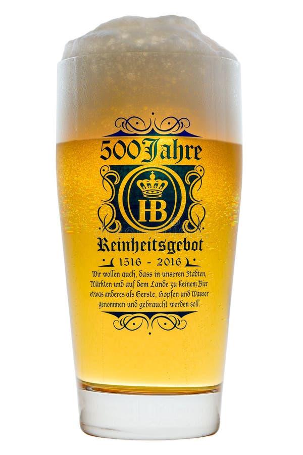 Kaltes bayerisches Glasbier mit schaumigem Schaumkopfhintergrundbeleuchtetem lokalisiert stockbilder