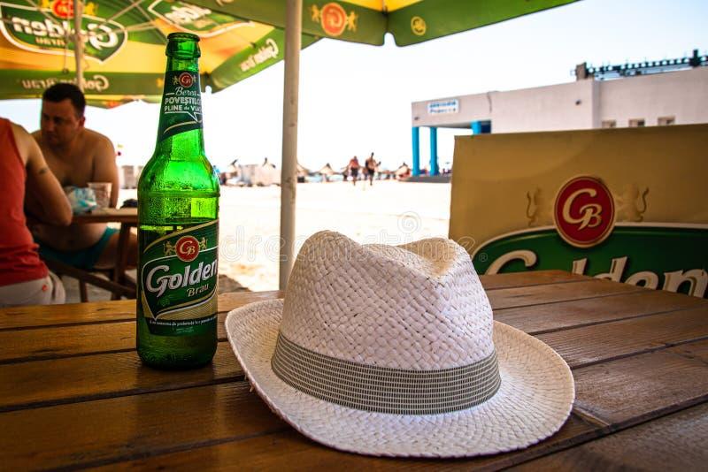 Kaltes Bier auf Tabelle im Café auf einem Strand lizenzfreies stockfoto