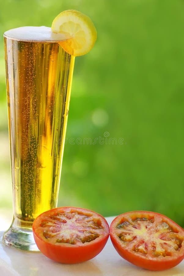 Kaltes Bier und Zitrone. stockfotografie