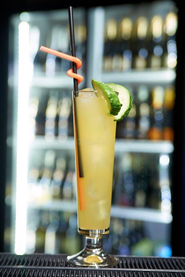 Kaltes Cocktail auf dem unscharfen Hintergrund der Bar stockfotografie