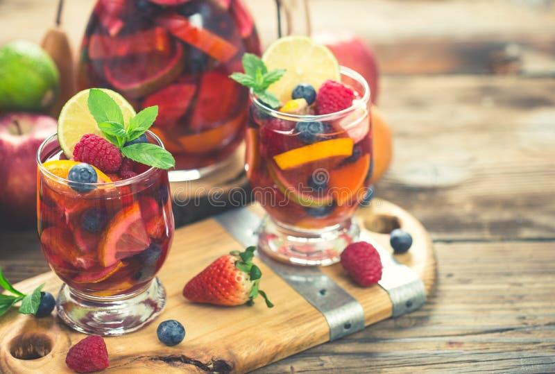 Kaltes Cocktail des Sommers, Sangriagetränk mit Frucht lizenzfreie stockbilder