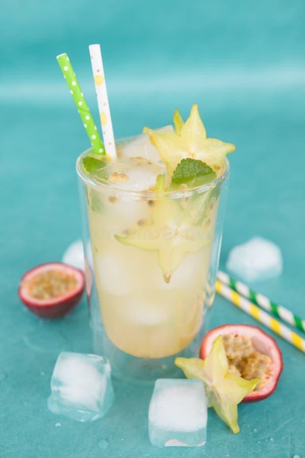 Kaltes Cocktail mit starfruit stockbilder