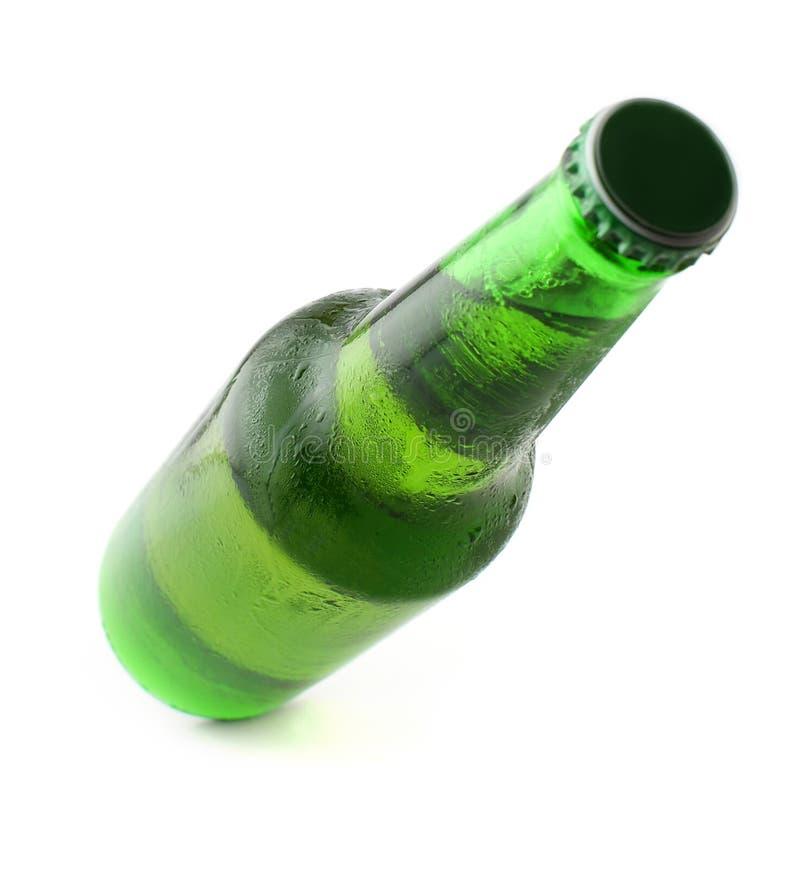Kaltes gekühltes Bier in der grünen Flasche lizenzfreies stockfoto