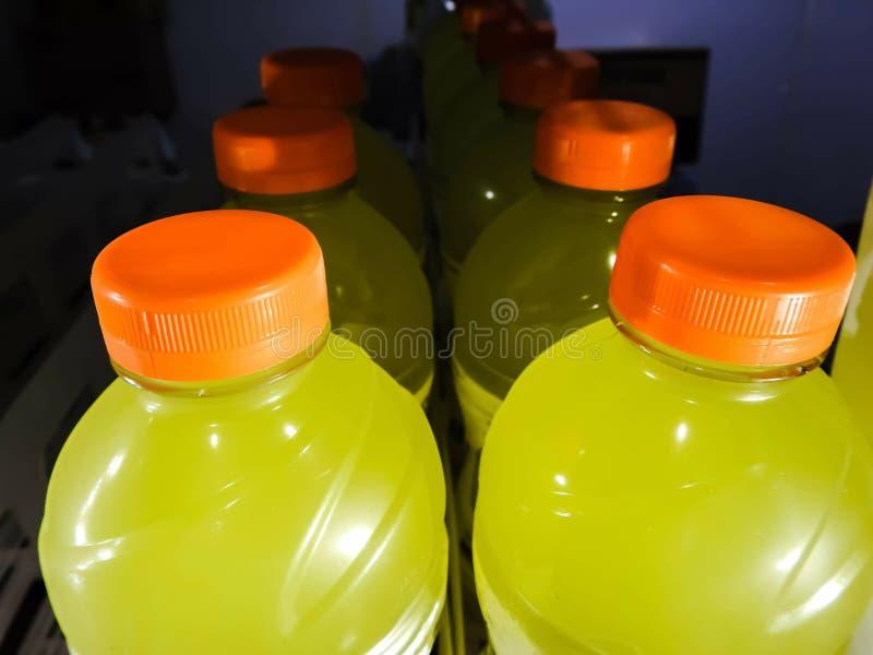 Kaltes Getränk füllt mit Auffrischungsgetränk ab lizenzfreies stockfoto