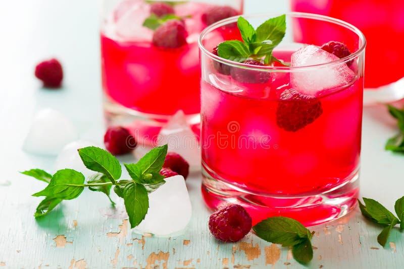 Kaltes Getränk mit Himbeere, Minze und Eis lizenzfreie stockfotos