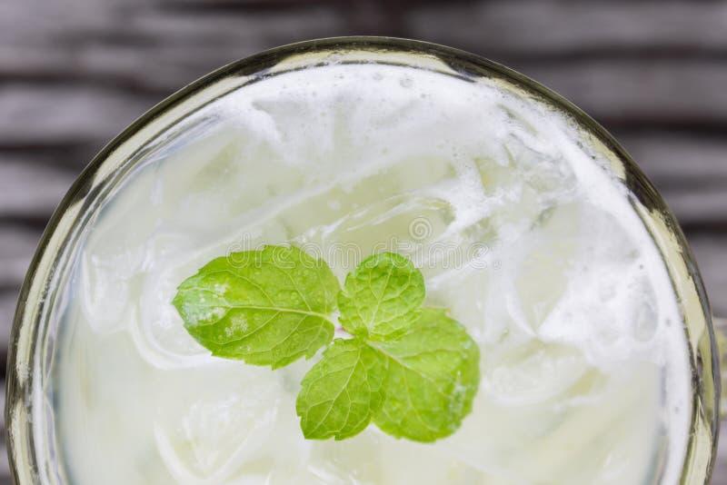 Kaltes grüner Tee-Milch-Getränk oder kalter Getränke Flatlay-Unterseiten-Rahmen stockfotografie