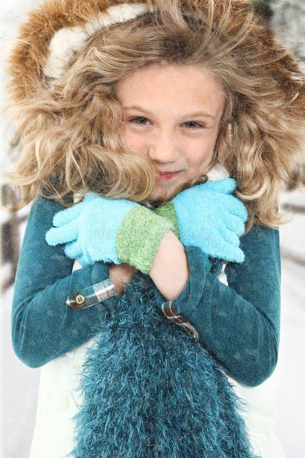 Kaltes Kind im Schnee lizenzfreie stockfotografie