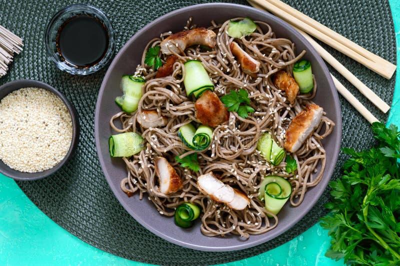 Kaltes soba mit Huhn, frischen Gurken, Soße und indischem Sesam Klassischer kalter Salat mit Buchweizennudeln Japanische Nahrung  lizenzfreie stockfotos