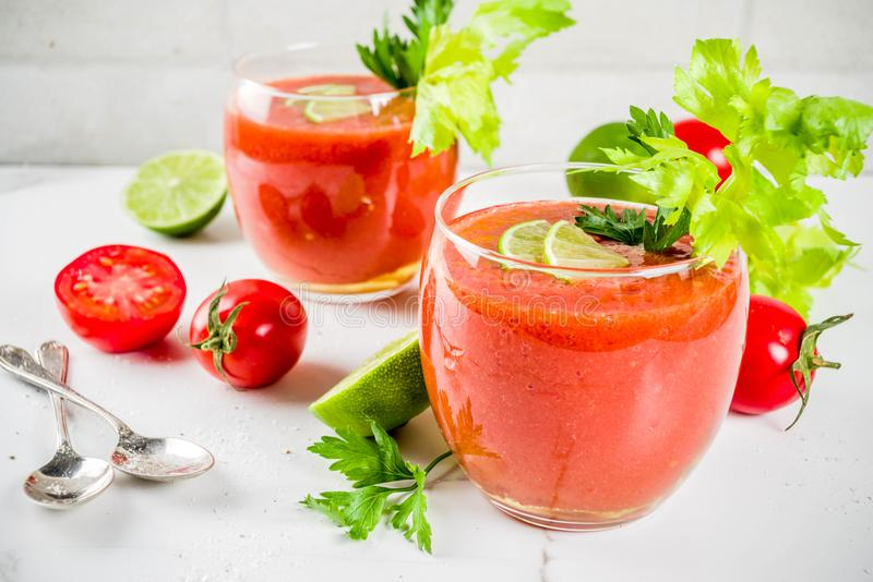Kaltes Suppe gazpacho in den Gläsern lizenzfreie stockfotos