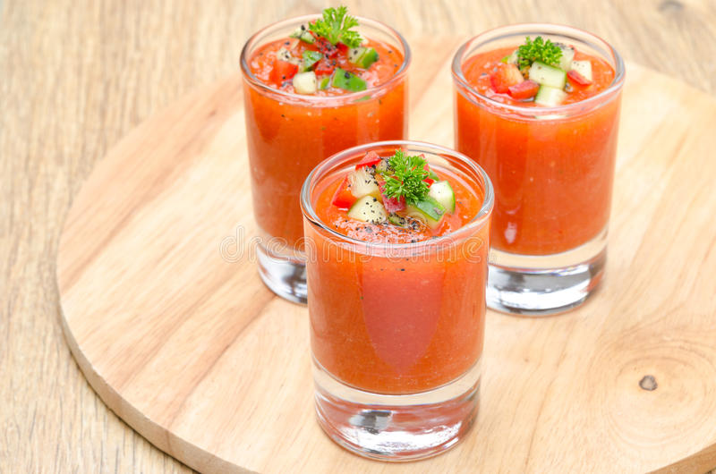 Kaltes Tomatensuppe gazpacho in den Teilgläsern, horizontal stockbilder