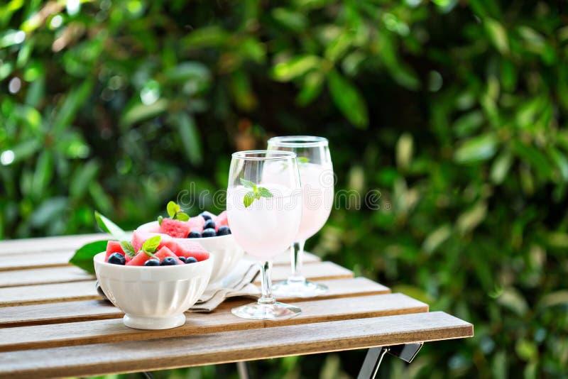Kaltes Wassermelonengetränk auf dem Tisch draußen stockfotos